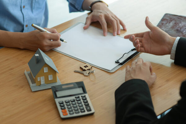 Insurance agents are introducing customers to sign real estate insurance contracts.